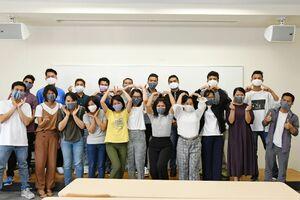 贈られた手作りマスクを付けた西九州大短期大学部の留学生=佐賀市の同大