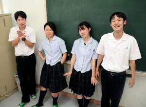 左から、ものまね四天王の井上貴彰さん、坂本七海さん、脇山里奈さん、藤原巧さん。青翔生にしかわからない、それぞれの得意とする先生の物まねで。