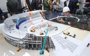 報道陣に公開された新国立競技場の施工手順説明模型=13日午後、東京都新宿区