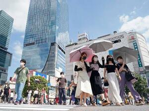 東京・渋谷のスクランブル交差点をマスク姿で行き交う人たち=2日午後