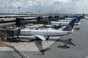 米東部ニュージャージー州の空港に駐機するユナイテッド航空の飛行機=7月1日(AP=共同)