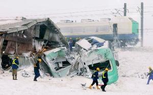 JR羽越線の特急いなほ脱線転覆事故現場=2005年12月、山形県庄内町