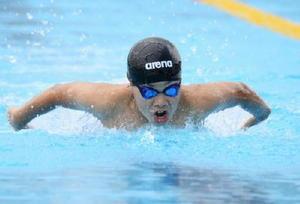 男子6年50、100メートルバタフライで優勝した唐津SCの鶴田慎太郎選手=県総合運動場水泳場