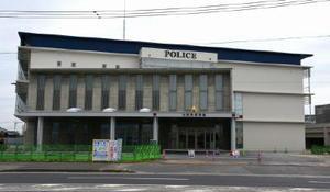 建設工事が進む佐賀南警察署。庁舎正面の外壁に英語で「POLICE」(ポリス)と表記している=佐賀市本庄町
