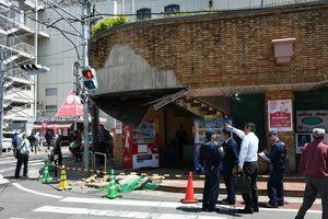 外壁のタイルが崩落した現場。天井の一部もはがれた=20日午前11時55分ごろ、佐賀市中の小路の佐賀玉屋