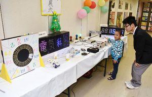 子どもが楽しめる作品も数多く展示した=伊万里市の伊万里駅通商店街