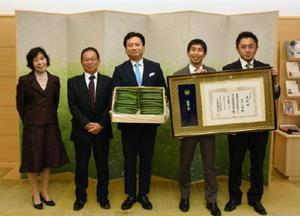 山口祥義知事(中央)に受章報告した山口仁司さん(左から2人目)と家族従業員=県庁