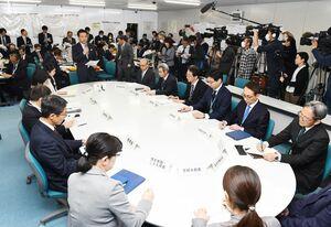 佐賀県内で新型コロナウイルスの感染者が初めて確認され、対策本部会議を開いた山口祥義知事ら=13日、県庁