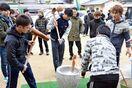 競艇選手と餅つき楽しく 唐津の児童施設、40人訪問