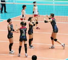 NECに競り勝ち、決勝進出を決め、喜ぶ久光製薬の選手(手前)=大田区総合体育館