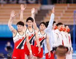 男子団体総合決勝に臨む(左から)北園丈琉、橋本大輝、谷川航、萱和磨。奥は同組の中国=有明体操競技場