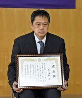 人命救助活動の感謝状を受け取った西清和さん=神埼市神埼町の神埼消防署