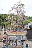 竹笹と短冊の七夕飾り。和をイメージし、着物の帯を中央に飾った=唐津市呼子町の朝市通りいこいの広場