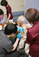 佐賀市の75歳以上を対象にした新型コロナウイルスワクチンの個別接種が始まり、接種を受ける高齢者=24日午後、佐賀市富士町の富士大和温泉病院