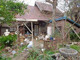 撤去作業が進む古沢岩美さんのアトリエの外観=東京板橋区前野町