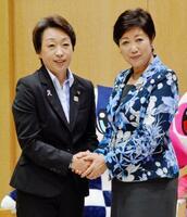 東京都庁で、会談前に握手する橋本五輪相(左)と小池百合子知事=17日午後