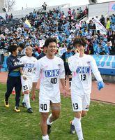 2-1で今季初勝利を挙げ、笑顔でピッチを後にする鳥栖FW小野選手(中央)らイレブン=横浜市のニッパツ三ツ沢球技場