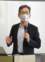 公開講座で初回の講師を務めた髙橋幸市さん=佐賀市のメートプラザ佐賀