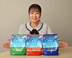 佐賀県産の小麦だけで作られた小麦粉「九州佐賀産こむぎ子」。薄力粉のほか中力粉、強力粉も取りそろえる=佐賀市の理研農産化工
