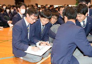 主権者教育の出前授業で、「首相の名前を書ける?」という出題を回答する生徒=佐賀市の致遠館高