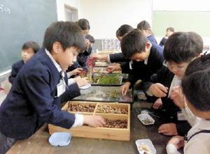 木の実などを材料にアクセサリー作りを楽しむ子どもたち