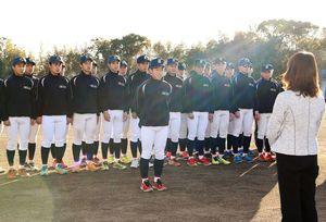 甲子園初出場が決まり、健闘を誓う伊万里の犬塚晃海主将(中央)=1月26日、伊万里市の同校