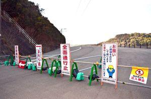 玄海町が西九州自動車道北波多インターチェンジ(IC)へのアクセス道路として整備を進める町道「長倉―藤平線」。藤ノ平ダムに架かる橋の建設工事が続いている=東松浦郡玄海町