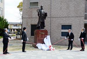 佐賀大学で開かれたガリレオ像の除幕式=佐賀市の佐賀大学