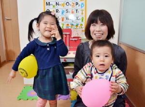 田中佳子さん(33)と万葉ちゃん(2)、士道くん(1)=鳥栖市
