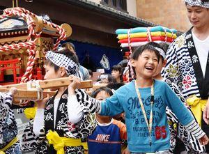 改元を祝うみこしパレードで街を練り歩く子どもたち。元気にワッショイ!=4月28日、伊万里市
