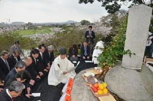 毎年4月9日の命日にあわせ、賀島兵介公をしのぶ賀島祭。功績をたたえる碑の前で、神事が執り行われた=鳥栖市田代本町の安生寺