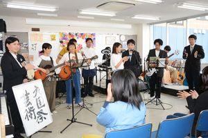 観客の手拍子で盛り上がるライブ会場=佐賀市の九州国際高等学園