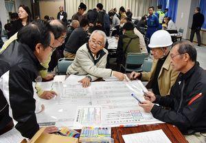 避難所としての学校施設の使い方を考える参加者=伊万里市民センター