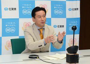 東京都や大阪府など都市部への緊急事態宣言について考えを述べた山口祥義知事=佐賀市の県庁