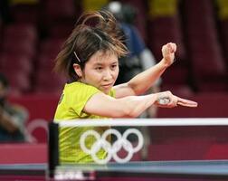 女子団体準決勝 香港戦の第3試合でプレーする平野美宇=東京体育館