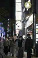 飲食店などが並ぶ名古屋市の繁華街・栄=22日夜
