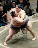 大相撲初場所で西前頭17枚目の徳勝龍(右)が寄り切りで貴景勝を破り初優勝を決める。幕尻力士の優勝は2人目の快挙=26日、東京・両国国技館