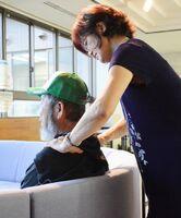 避難所でボランティアによるマッサージを受ける男性。血圧が高くなっているという=16日夜、杵島郡大町町の総合福祉保健センター