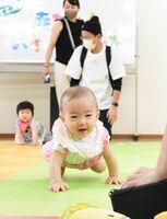 ゴールを目指してハイハイする乳幼児=佐賀市新栄東の総合住宅展示場イエス