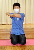 自彊術を実践しながら指導する植田京子さん