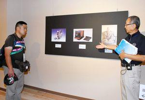 写真説明を聞く観覧者=佐賀市の佐賀バルーンミュージアム