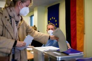 26日、ベルリンで、ドイツ連邦議会選の投票をする女性(AP=共同)
