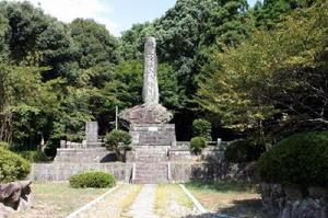 地上15㍍。そびえ立つ「幡随院長兵衛生誕地之碑」=唐津市相知町久保地区