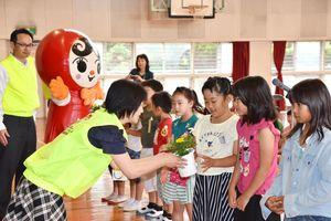「人権の花」運動の花苗を受け取る子どもたち=佐賀市の嘉瀬小学校