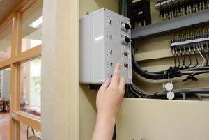 松尾建設が開発した節電システム。学校や工場など県内5施設で導入されている=佐賀市