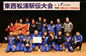 3年連続14度目の優勝を飾ったSUMCO伊万里=唐津市文化体育館