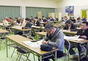 約60人が集まり、当日の運営の動きなどを話し合った=佐賀市の県スポーツ会館