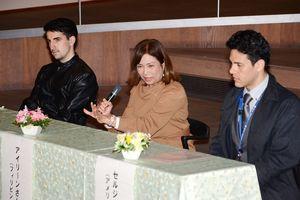 日本と母国の男女共同参画の違いについて語るバルデイザンソウ・アイリーンさん(中央)ら=有田町役場