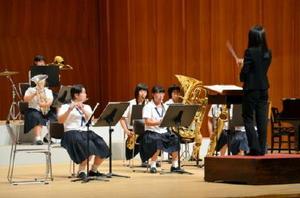 息の合った演奏を披露する高校生=佐賀市文化会館