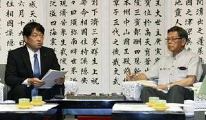 会談する小野寺防衛相(左)と沖縄県の翁長雄志知事=14日午後、沖縄県庁